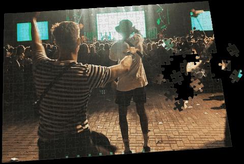 dansende man voor een festival consert